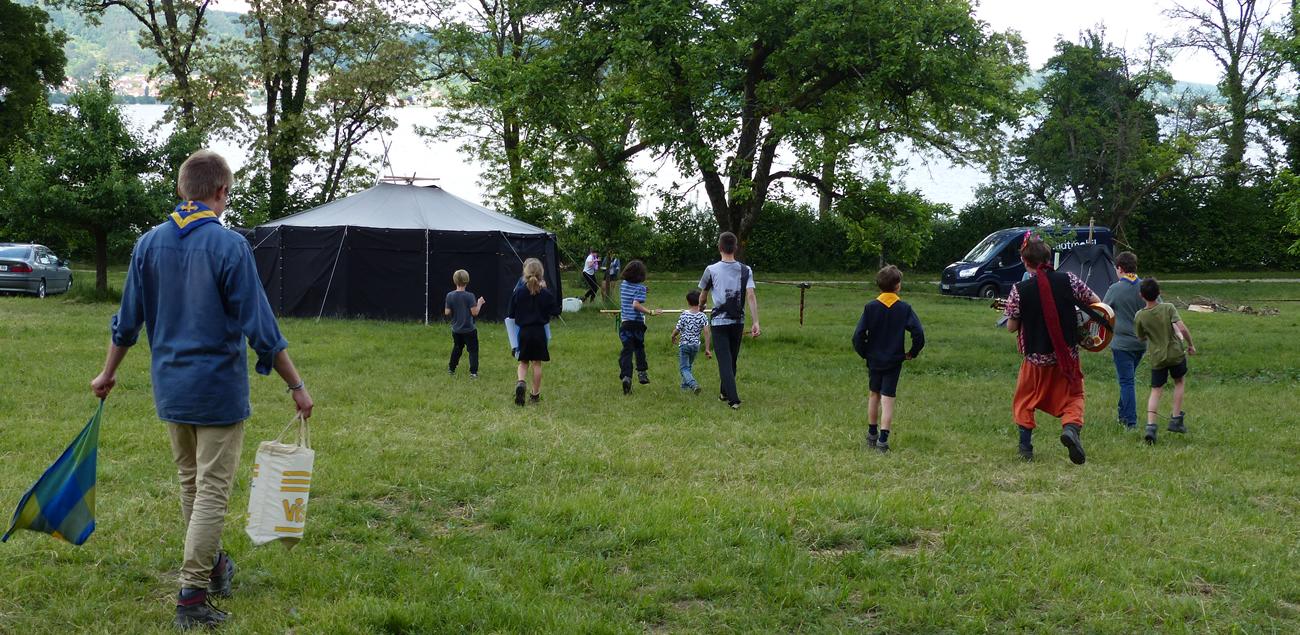 Eine Gruppe Pfadfinder gegibt sich zu ihrem Lagerplatz