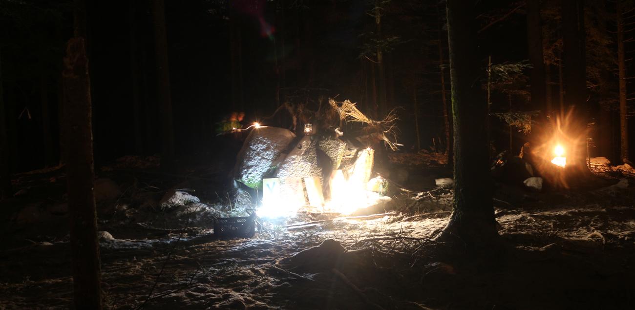 Stadtion eines Nacht-Geländespiels im Wald