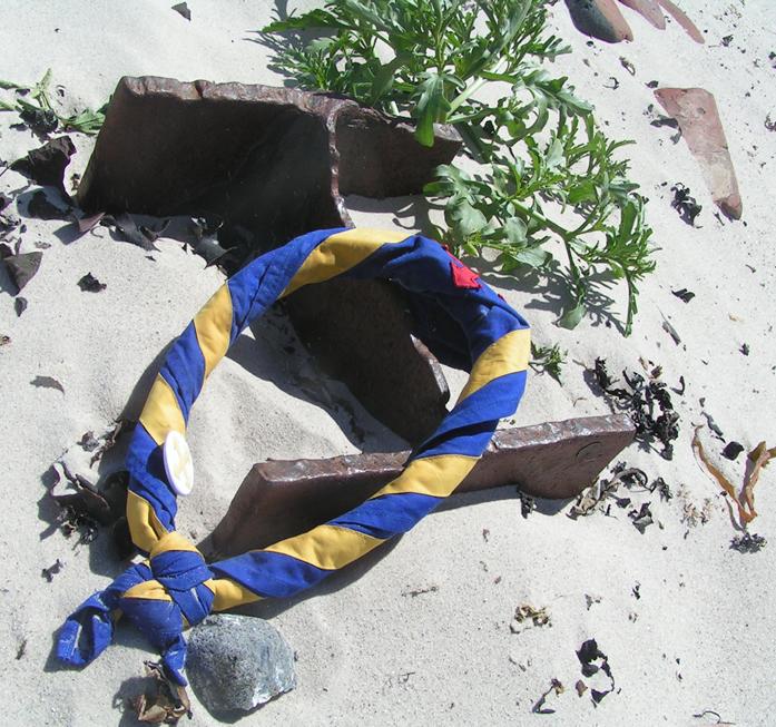 Halstuch mit Stammesabzeichen liegt am Strand