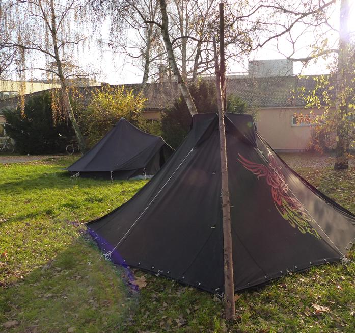 Zwei Zelte stehen auf dem Engländerplatz vor dem Hintereingang zum Stammesheim