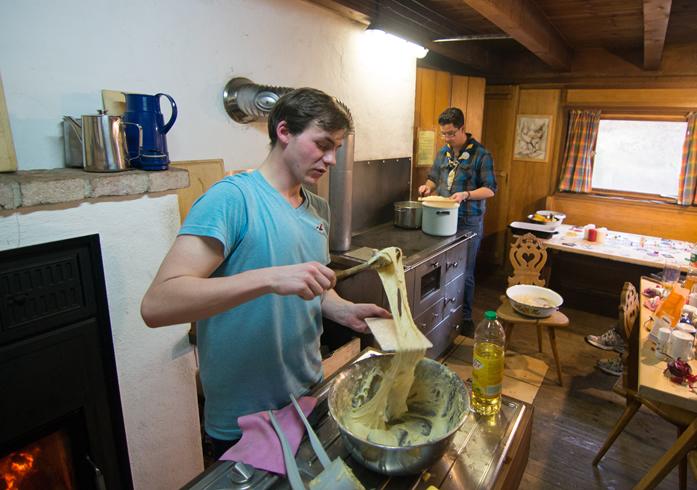 R/Rs kochen gemeinsam auf einem Hüttenwochenende