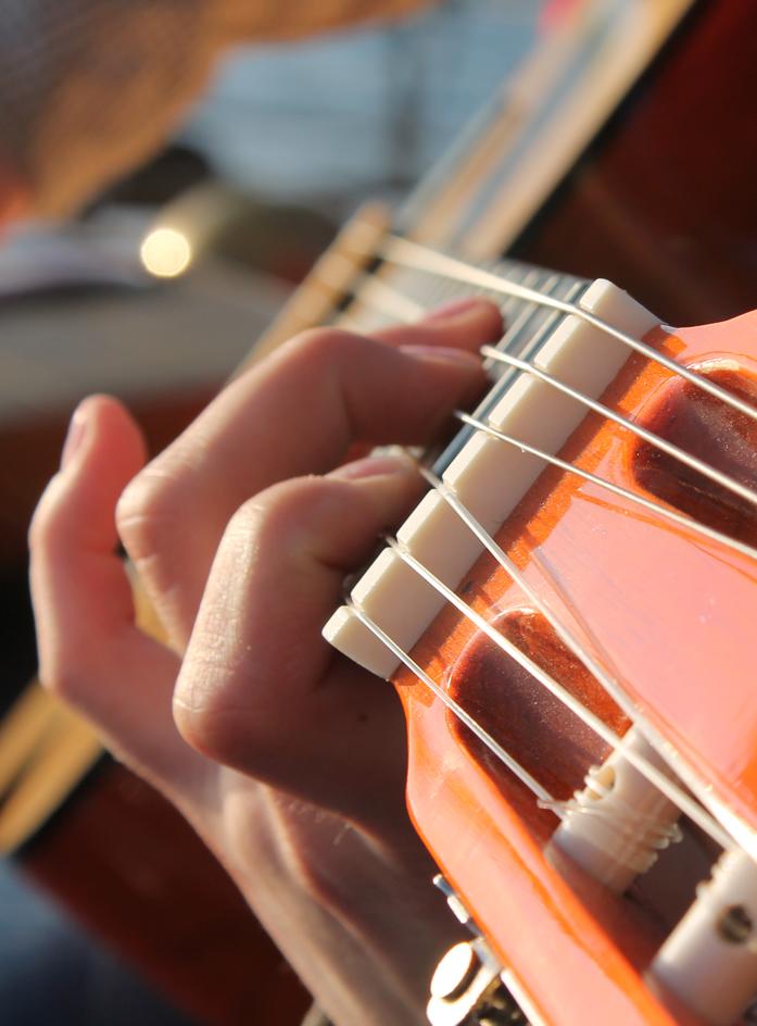 Nahaufnahme einer Gitarrenspielerin